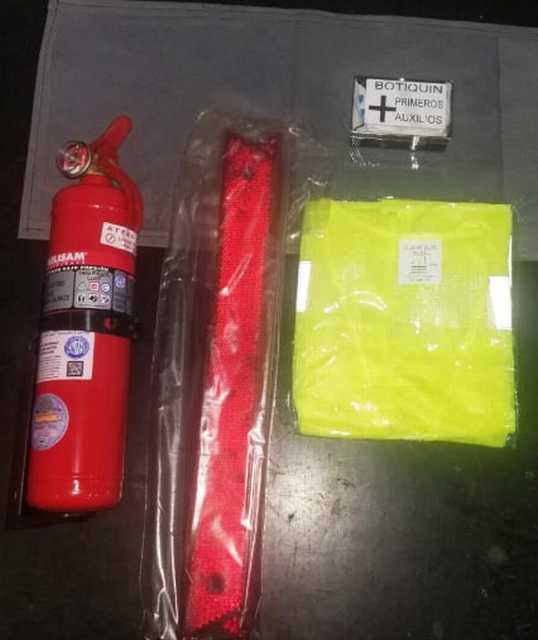 Kit emergencia bolson c/matafuego+baliza+botiquin+chaleco
